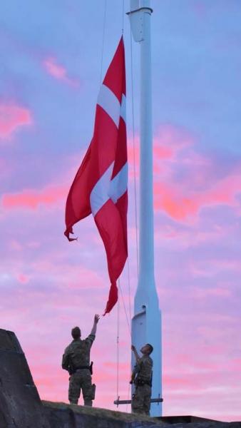 Halning-av-Danska-flaggan-Micke-Bodell